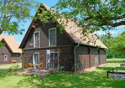 Ferienhaus 4 mit Blick auf Garten, Wiese und urige Scheune